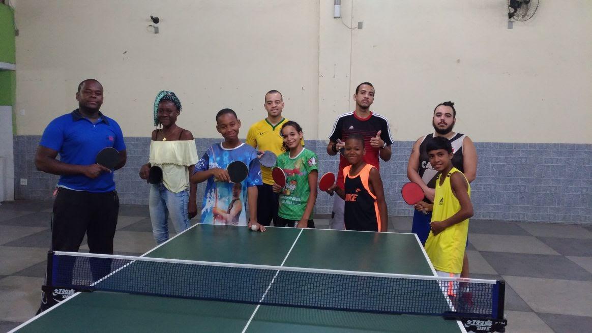 Equipe Força leva tênis de mesa a toda a comunidade em Duque de Caxias (RJ)