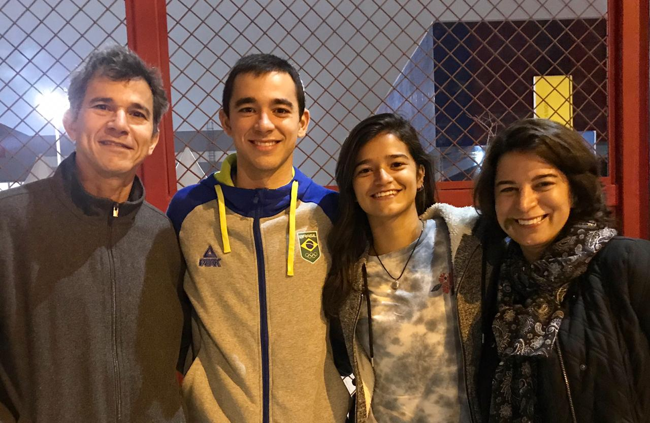 Família reunida antes das disputas de tênis de mesa no Pan (Crédito: Time Calderano)