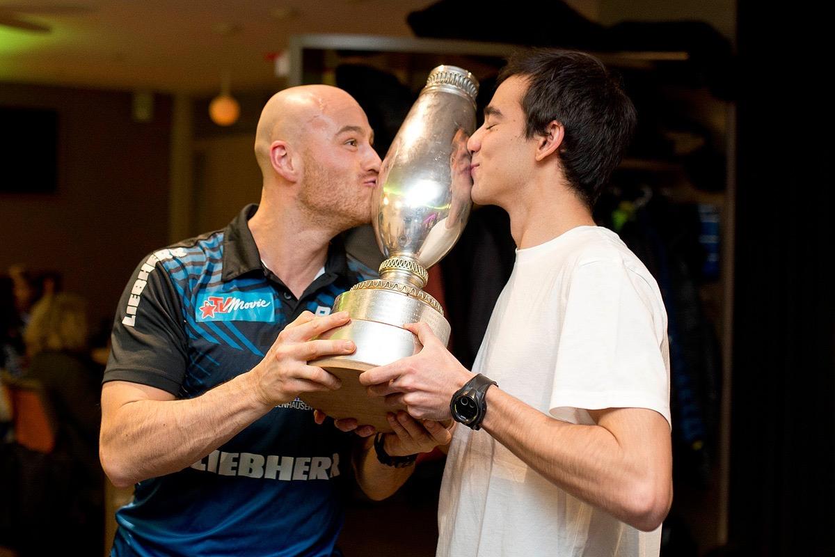 Hugo e Mika comemoram título da Copa da Alemanha em 2019 (Crédito: Divulgação)