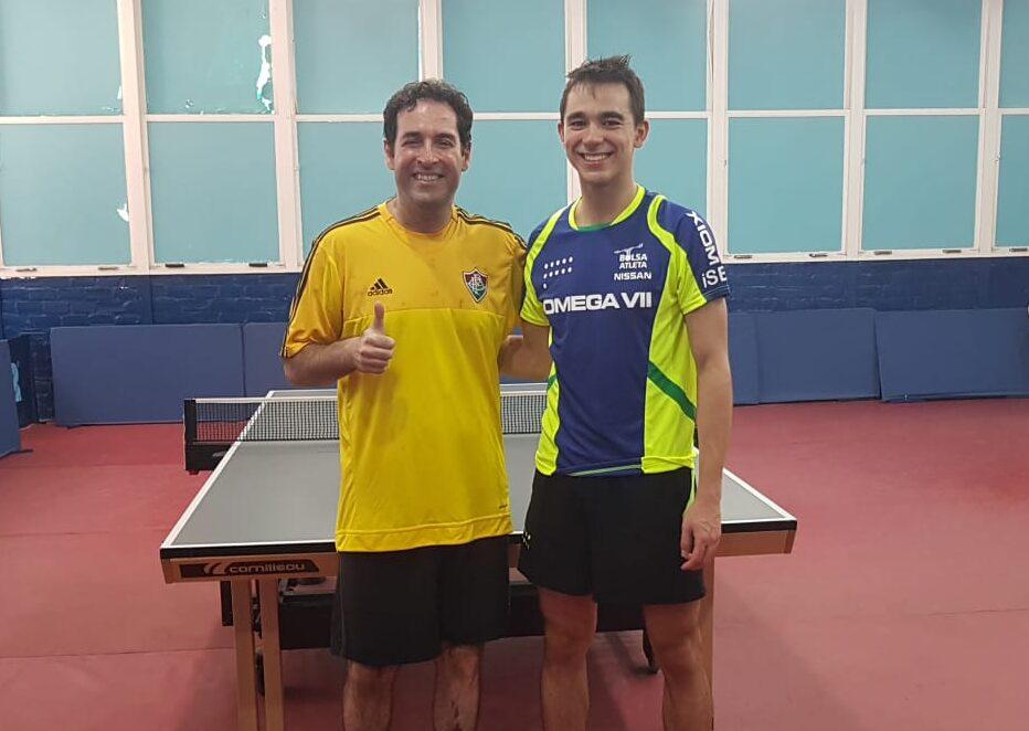 Hugo Calderano e Claudio Beznos no salão de tênis de mesa do Fluminense (Crédito: Arquivo pessoal)